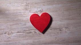 Mädchen, das rotes Herz auf einen Holztisch, Draufsicht setzt Romance, Liebe, Valentinstag, Einsamkeitskonzepte Video 4K stock video footage