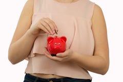 Mädchen, das rotes Sparschwein hält Lizenzfreie Stockbilder