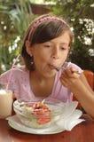 Mädchen, das Salat isst stockfoto