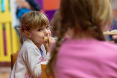 Mädchen, das Sandwich an der Geburtstagsfeier isst stockfoto
