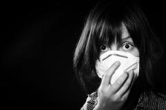 Mädchen, das schützende Schablone trägt lizenzfreie stockfotografie
