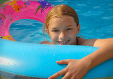 Mädchen, das in schaufelndem Pool spielt Lizenzfreie Stockfotos