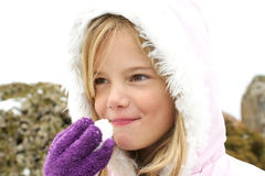 Mädchen, das Schnee isst Stockbilder