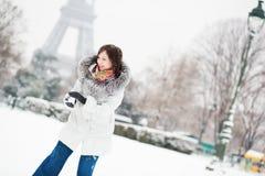 Mädchen, das Schneeball in Paris an einem Wintertag spielt Lizenzfreie Stockbilder