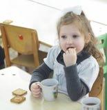Mädchen, das Schokoladenkuchen isst Stockfotografie