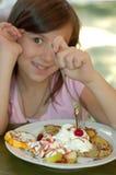 Mädchen, das Schokoladenpfannkuchen isst stockbilder