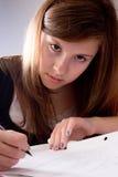 Mädchen, das Schoolwork tut lizenzfreie stockbilder