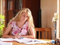 Mädchen, das Schuleheimarbeit tut Stockbild