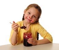 Mädchen, das selbst gemachte Marmelade isst Stockfotos