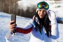 Mädchen, das selfie auf Winter tut Lizenzfreies Stockfoto