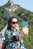 Mädchen, das selfie an der Chinesischen Mauer von China macht Lizenzfreie Stockfotografie