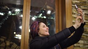 Mädchen, das selfie mit dem Smartphonelächeln glücklich nimmt stock video footage