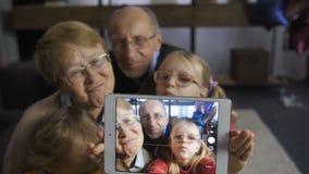 Mädchen, das selfie mit Großeltern auf Berührungsfläche nimmt stock video