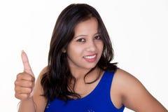 Mädchen, das sich Daumen für Erfolg, Sieg und bestes Glück zeigt Lizenzfreies Stockbild