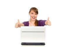 Mädchen, das sich Daumen zeigt Lizenzfreies Stockfoto