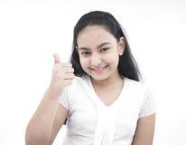 Mädchen, das sich Daumen zeigt Lizenzfreie Stockbilder
