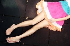 Mädchen, das sich mit einem bunten Kleid hinlegt Lizenzfreie Stockbilder