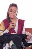 Mädchen, das sich vorbereiten zu nähen und geschnittenes Gewebe Lizenzfreie Stockfotografie