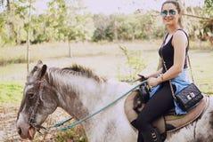 Mädchen, das sich vorbereitet, ein Pferd zu reiten Stockfotografie
