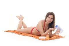 Mädchen, das sich vorbereitet, Stunden des Ein Sonnenbad nehmens zu nehmen Stockbild