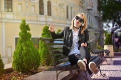 Mädchen, das Siegeszeichen zeigt lizenzfreies stockfoto