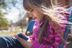 Mädchen, das Smartphone verwendet lizenzfreies stockfoto