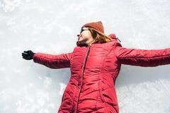Mädchen, das Spaß auf einem gefrorenen See hat stockbild