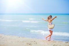 Mädchen, das Spaß auf tropischem Strand hat Stockfoto