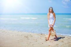 Mädchen, das Spaß auf tropischem Strand hat Lizenzfreie Stockfotografie