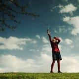 Mädchen, das Spaß in einem Park hat Lizenzfreies Stockbild