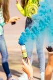 Mädchen, das Spaß am Festival von Farben hat Stockfotografie