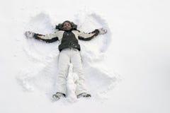 Mädchen, das Spaß im Schnee hat Stockbild