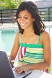 Mädchen, das Spaß mit Notizbuch hat Lizenzfreies Stockfoto