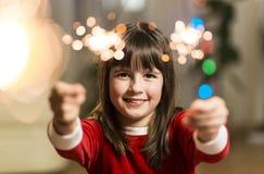 Mädchen, das Spaß mit Wunderkerze hat lizenzfreie stockfotografie