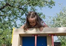 Mädchen, das am Spielplatz 76 spielt Stockfotografie