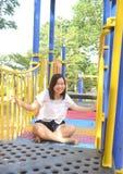 Mädchen, das am Spielplatz spielt stockbilder