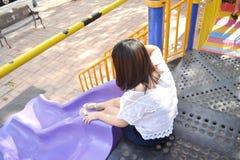 Mädchen, das am Spielplatz spielt stockfotos