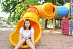 Mädchen, das am Spielplatz spielt stockfoto