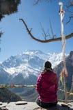 Mädchen, das Spitze Annapurna II, Nepal betrachtet Stockbild