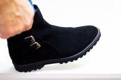 Mädchen, das Spitzee auf Schuhen bindet Draufsichtnahaufnahme stockbild