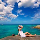 Mädchen, das Strand in Formentera-Türkis Mittelmeer betrachtet Stockfotografie
