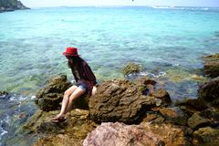 Mädchen, das am Strand sich entspannt stockfotos