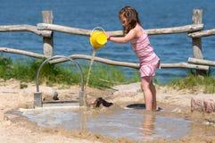 Mädchen, das am Strand spielt Stockbilder