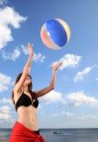 Mädchen, das Strandvolleyball spielt. lizenzfreie stockbilder