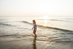 Mädchen, das Strandzeit allein genießt Lizenzfreie Stockbilder
