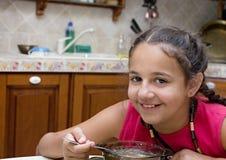 Mädchen, das Suppe isst Stockfotos