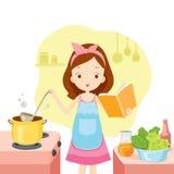 Mädchen, das Suppe mit Kochbuch kocht Lizenzfreies Stockbild
