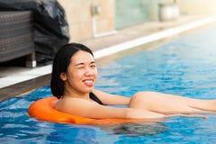 Mädchen, das am Swimmingpool genießt stockfotografie