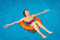 Mädchen, das am Swimmingpool genießt lizenzfreies stockfoto