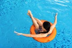 Mädchen, das am Swimmingpool genießt lizenzfreie stockbilder